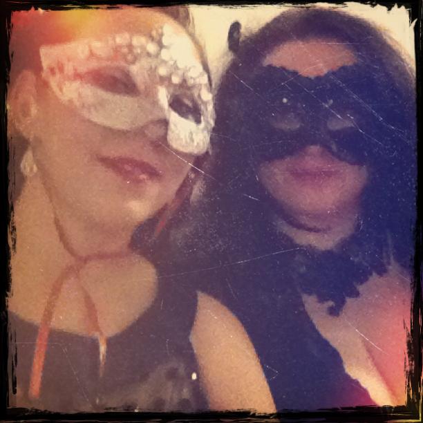 Bei Cirque Rouge in der Roten Bar, in einer schwarzen Maske, die ich vor zwei Jahren in Mantattan gefunden habe