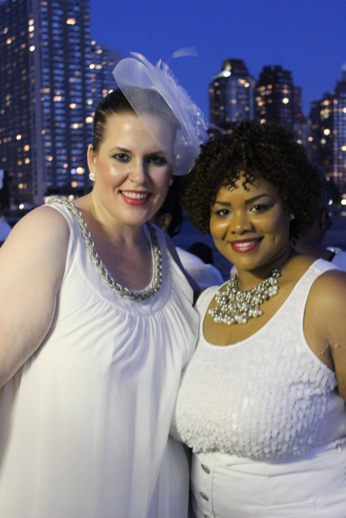 Ganz in weiß bei der Full Figured Fashion Week, neben US-Bloggerin Marie Denee