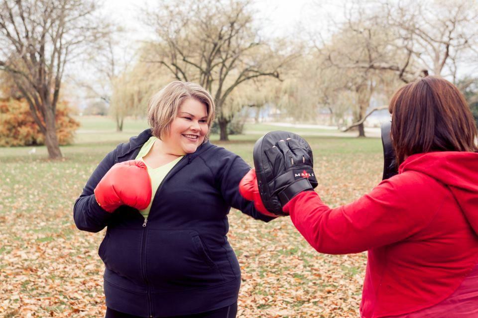 Louise beim Boxtraining mit einer dicken, fitten und glücklichen Kundin