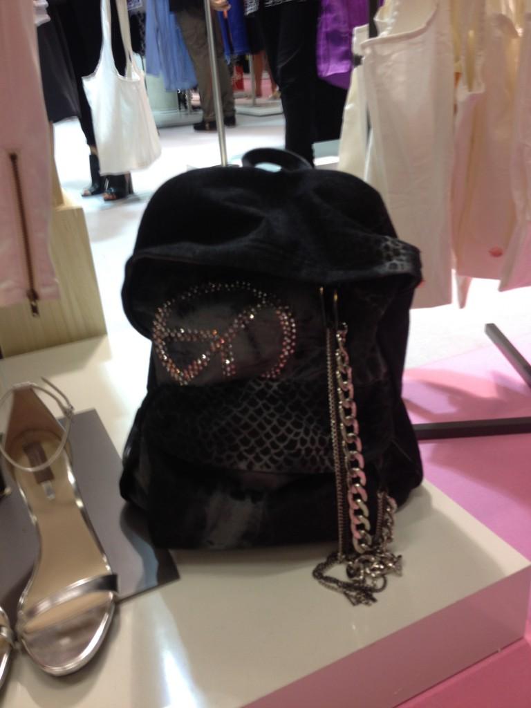 Leider kommt dieser graue Rucksack erst im neuen Jahr in die Läden …