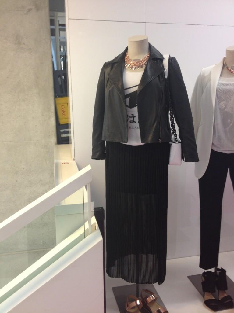 Triangle – mir gefällt (bis auf die Handtasche) das ganze Outfit, Kette inklusive …